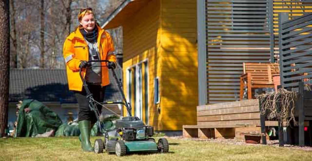 Postinjakaja leikkaa tarvittaessa nurmikon.