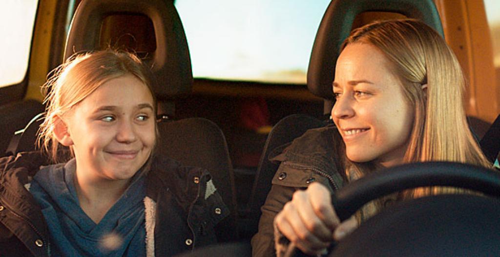 Näyttelijät Linnea Skog ja Paula Vesala.