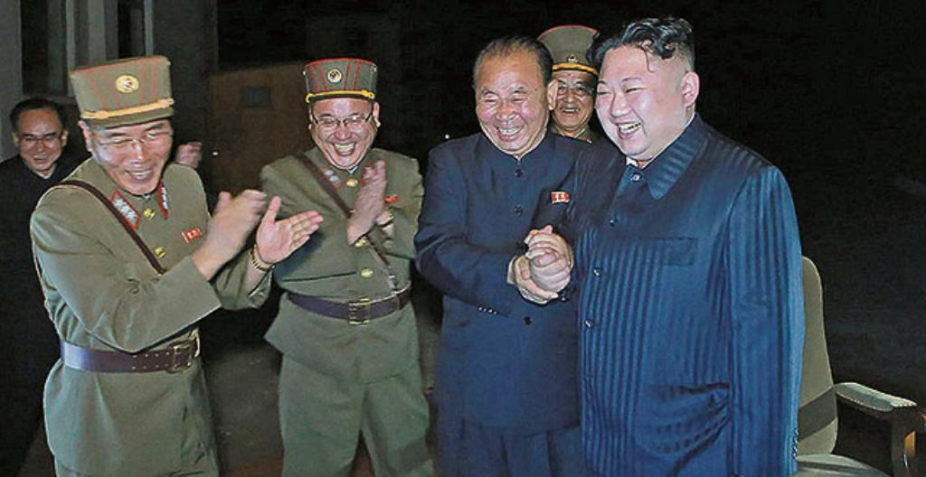 Pohjois-Korean johtaja Kim Jong-Un (oikealla) sekä armeijan kenraaleja.