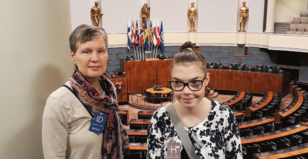 Työharjoittelija Roosa Miettinen (oikealla) koulunkäyntiavustajansa kanssa eduskunnassa. Kuva: Teemu Huikuri.