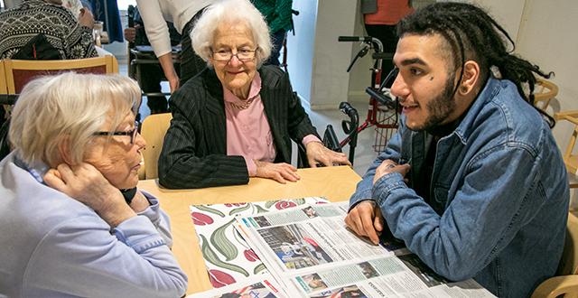 Iranilainen Bahman luki Selkosanomia Leea Haikariselle ja Taimi Kautolle (kuvassa keskellä). Samalla syntyi vilkasta keskustelua suomen kielen vaikeista piirteistä. Sellaisia ovat esimerkiksi sanojen taivutukset.