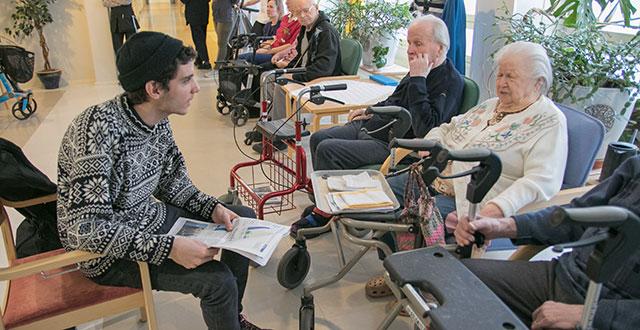 Rami Almithawi (vasemmalla) luki ääneen Selkosanomia. Almithawi ja Toini Luomajoki (kuvassa oikealla) keskustelivat lukuhetkessä perheistään ja matkoistaan.