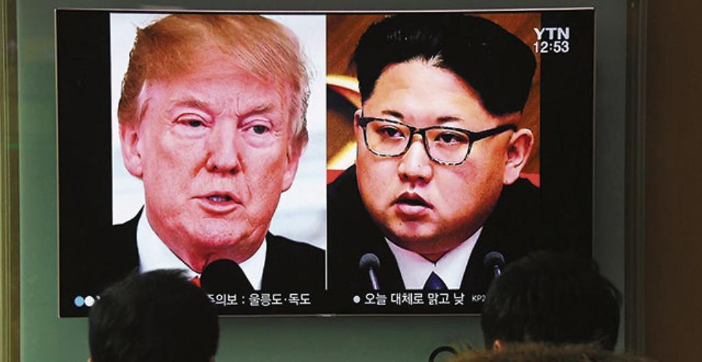 Donald Trump ja Kim Jong-un televisiolähetyksesssä.