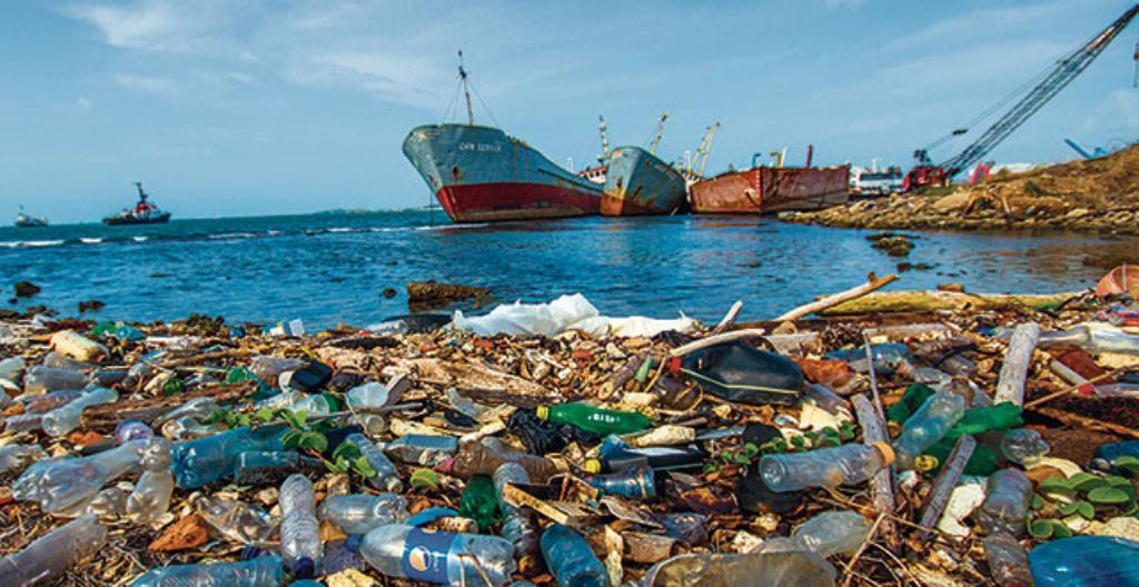 Maailman valtamerissä kelluu paljon muovijätettä. Osa huuhtoutuu rannoille. Kuva on Panaman kanavasta.