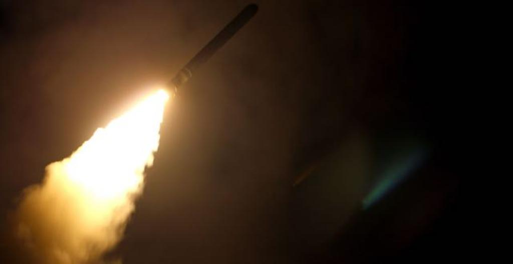 Kuvassa näkyy, kuinka lentotukialus Montereylta ammutaan Tomahawk-risteilyohjus. Yhdysvaltain puolustusministeriö julkaisi kuvan lauantaina 14. huhtikuuta.