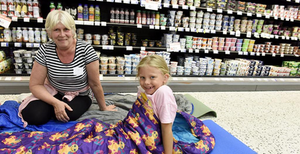 Maritta Airaksinen ja Odelia nukuivat yön viileässä kaupassa.