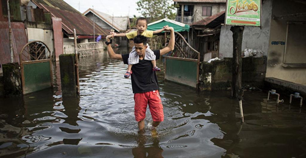 Katu tulvii Filippiineillä.