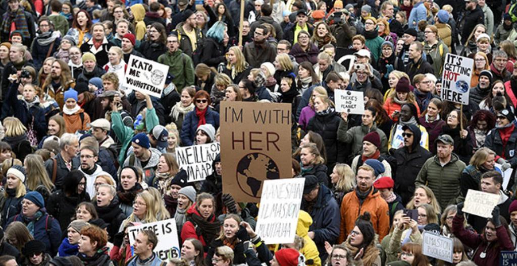 Helsingissä ihmiset osoittivat mieltä ilmaston lämpenemisen vuoksi.