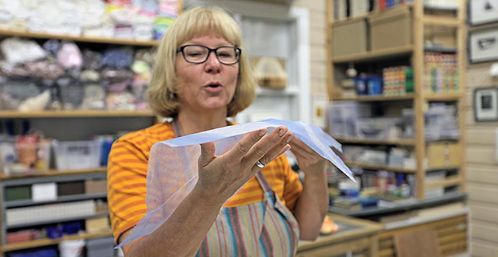 Erja Huovila tekee paperitaidetta.