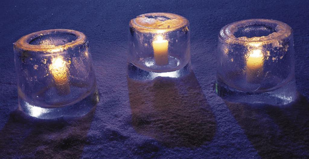 Kynttilälyhty on tehty jäästä.