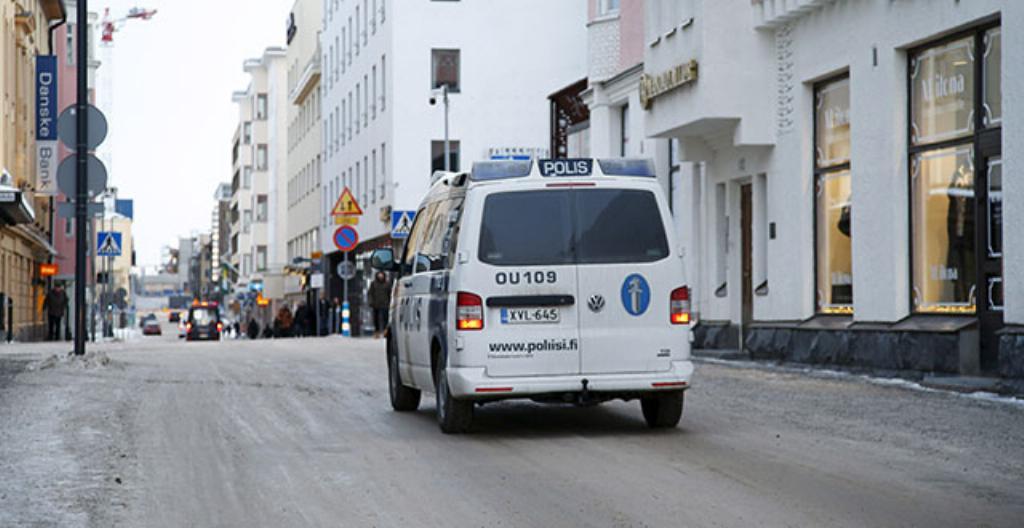 Poliisi valvoo Oulun keskustassa.