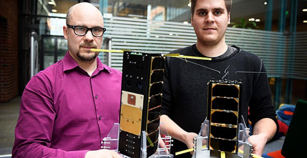 Aalto 2 -satelliitti on kuvassa oikealla toimitusjohtaja Tuomas Tikan käsissä. Professori Jaan Praksin käsissä on Aalto 1.