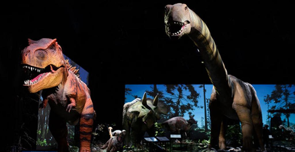 Heurekassa on esillä dinosaurusrobotteja.