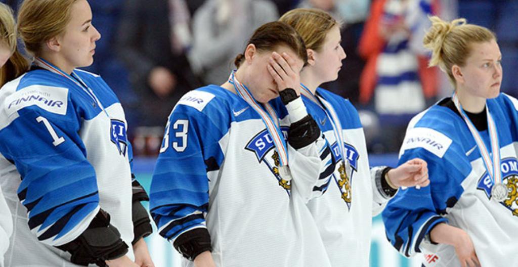 Kuvassa ovat Naisleijonien pelaajat Eveliina Suonpää (vasemmalla), Michelle Karvinen, Petra Nieminen ja Noora Tulus loppuottelun jälkeen.