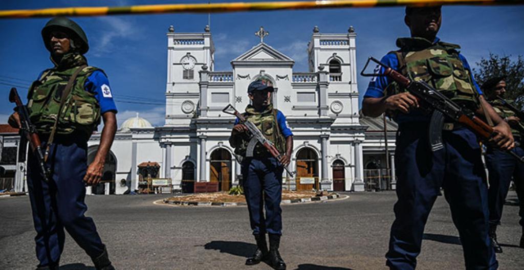 Sri Lankan turvallisuusjoukot vartioivat kirkkoa.