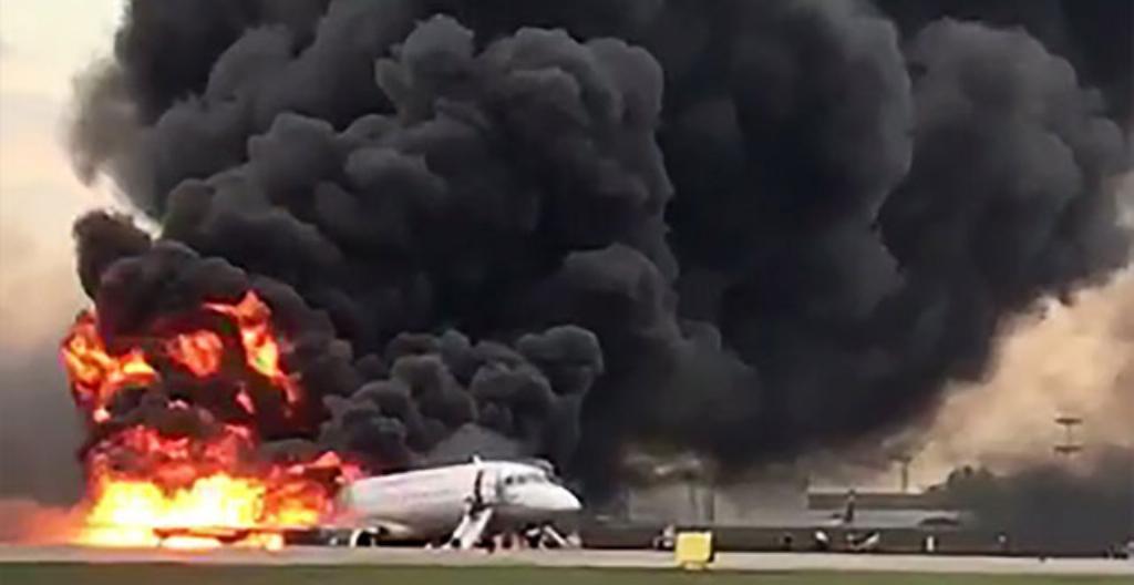Lentokone teki hätälaskun ja syttyi palamaan Venäjällä.
