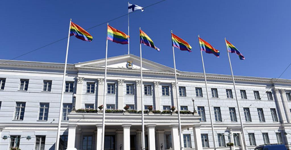 Sateenkaariliput liehuivat Helsingin kaupungintalolla Pride-viikon alussa.