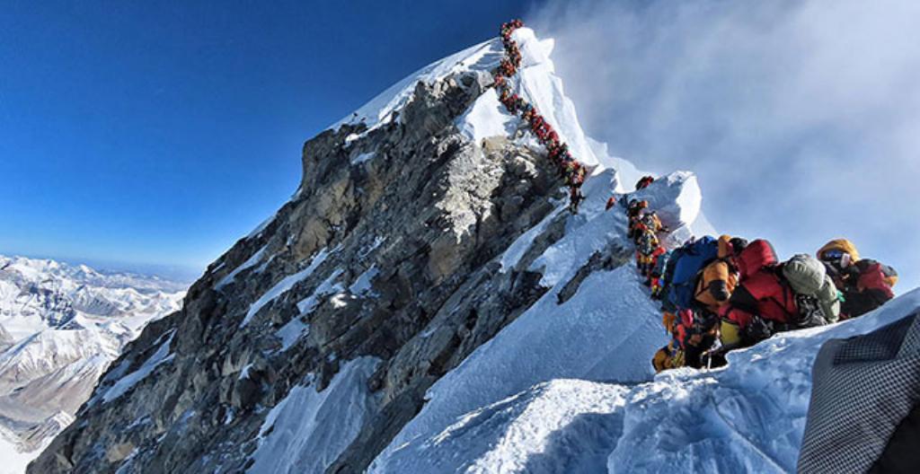 Vuorikiipeilijöitä Mount Everest -vuorella.