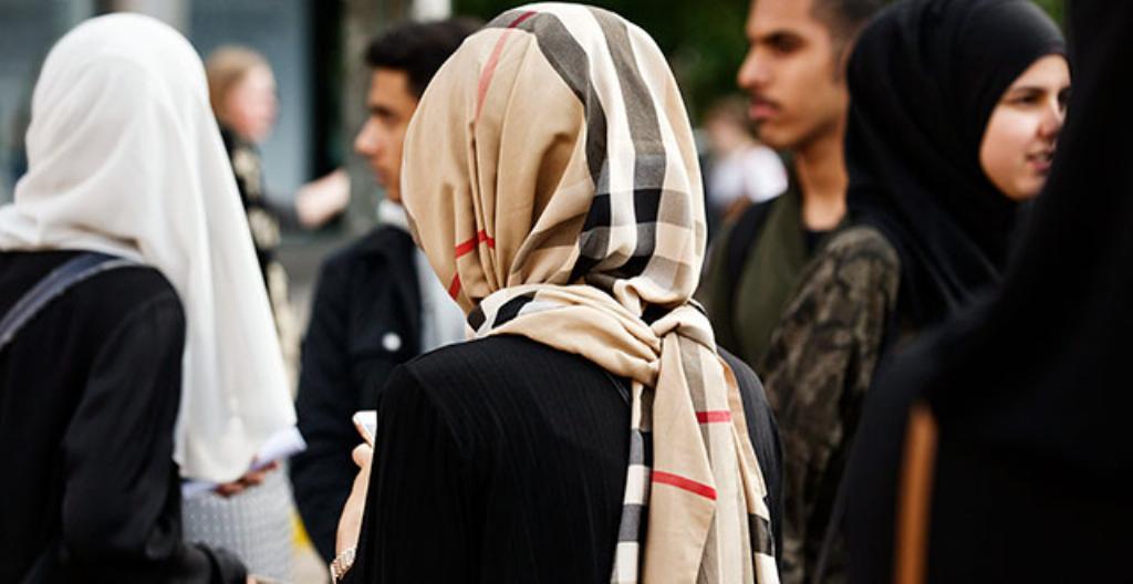 Monet naiset ja tytöt joutuvat pukeutumaan peittäviin vaatteisiin.
