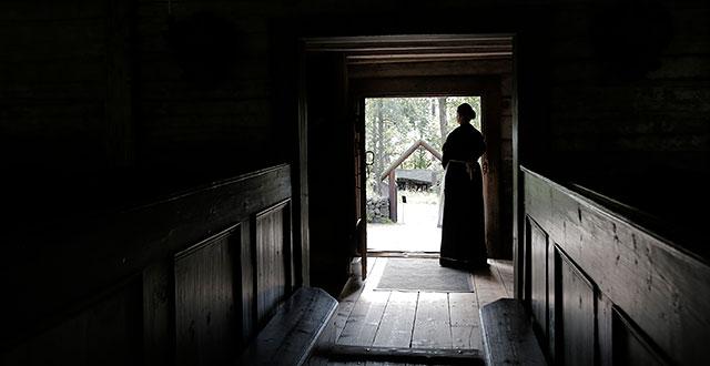 Nainen seisoo Karunan kirkon ovella.