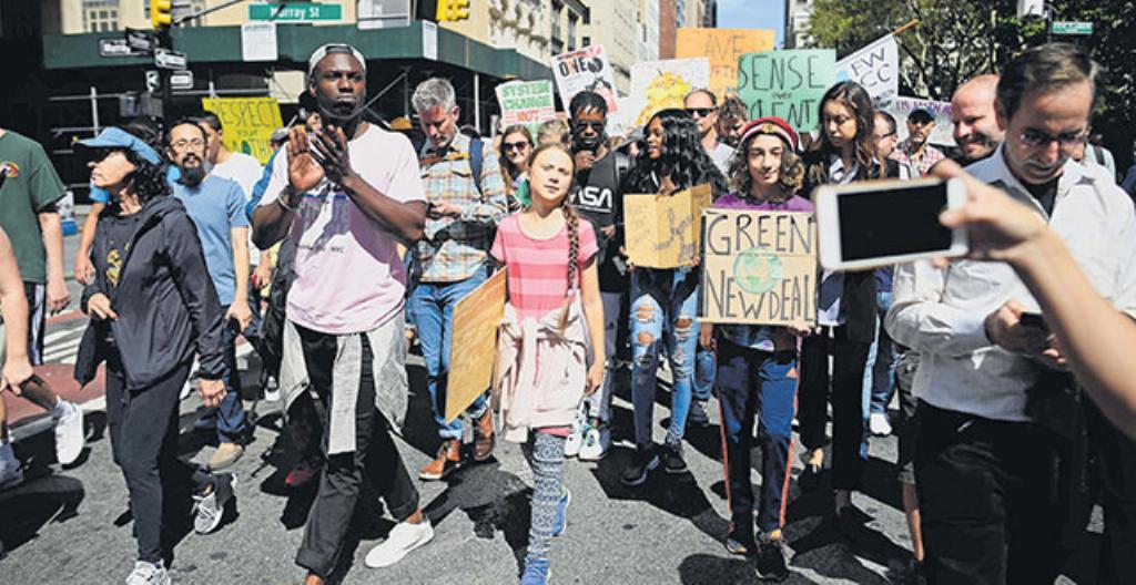 Mielenosoittajat marssivat Yhdysvaltojen New Yorkissa. Keskellä 16-vuotias ilmastoaktivisti Greta Thunberg.