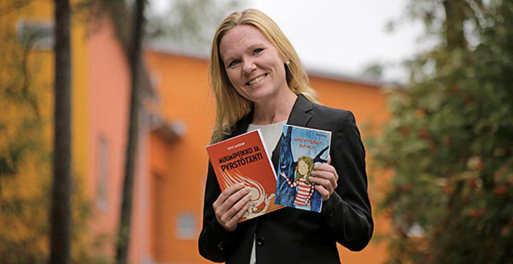 Elina Pekkarinen esittelee selkokirjoja.