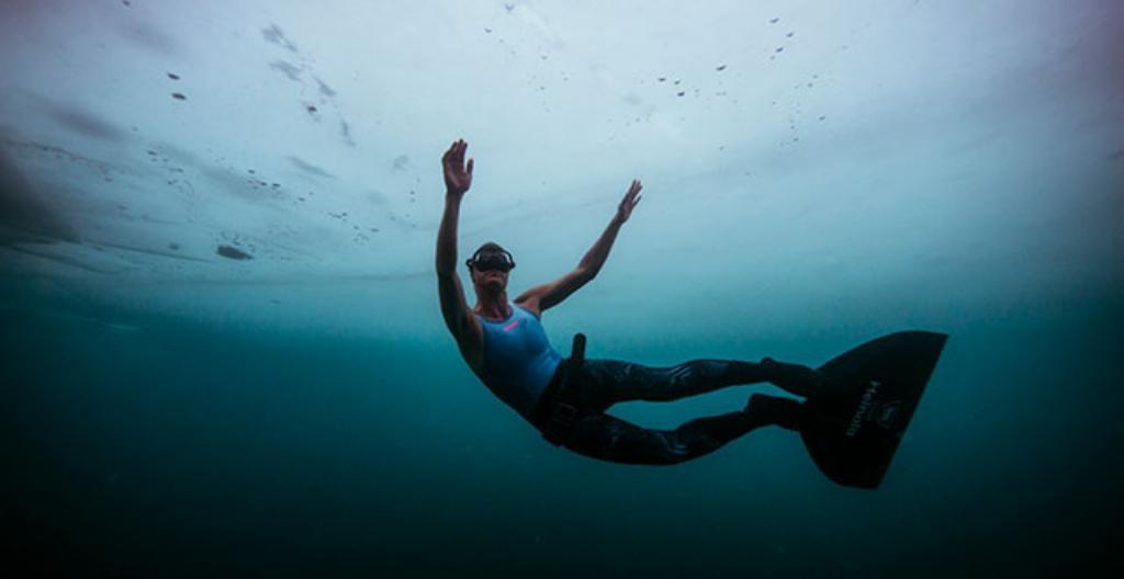 Johanna Nordblad sukeltaa jään alla Heinolassa.