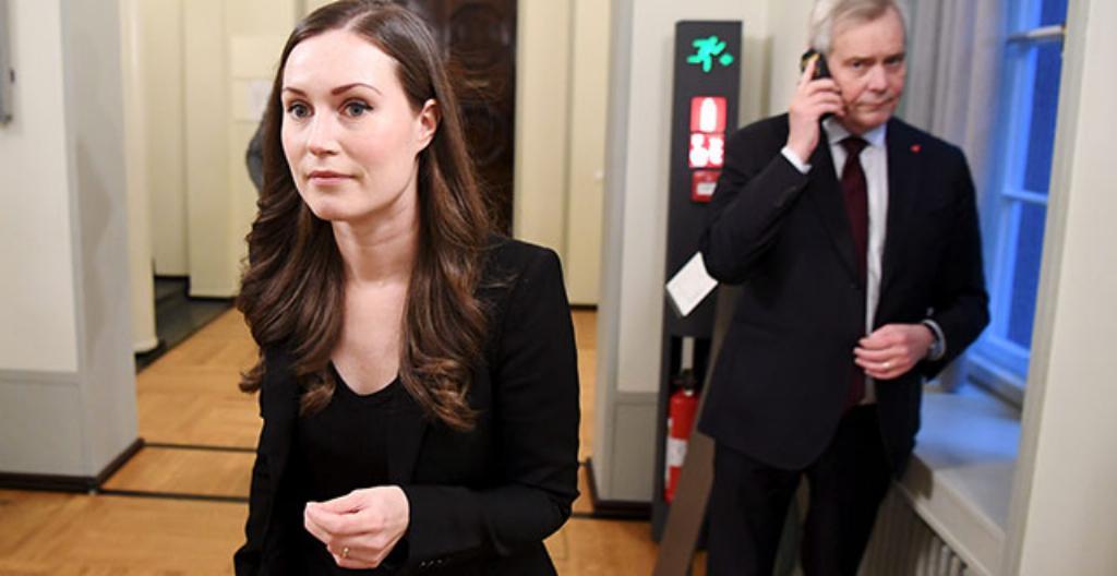 Kuvassa ovat uusi pääministeri Sanna Marin ja entinen pääministeri Antti Rinne.