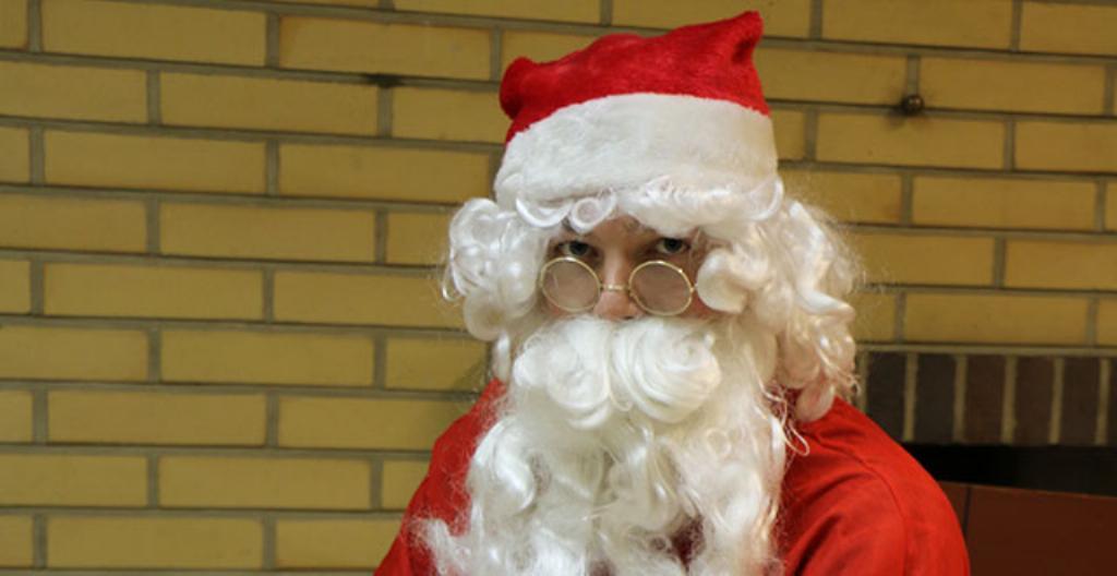Joulupukki reessä, jota vetää poro.