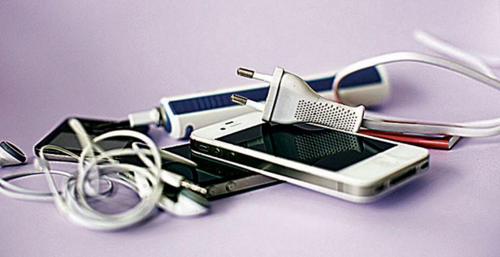Sähköllä toimivia laitteita eli elektroniikkaa.