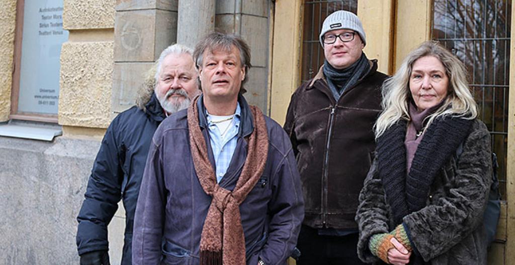 Asukastalo Betanian käyttäjät Juhani Vaittinen (vasemmalla) ja Markku Lahtinen sekä sosiaaliohjaaja Teijo Flyktman ja media-assistentti Mia Waire.