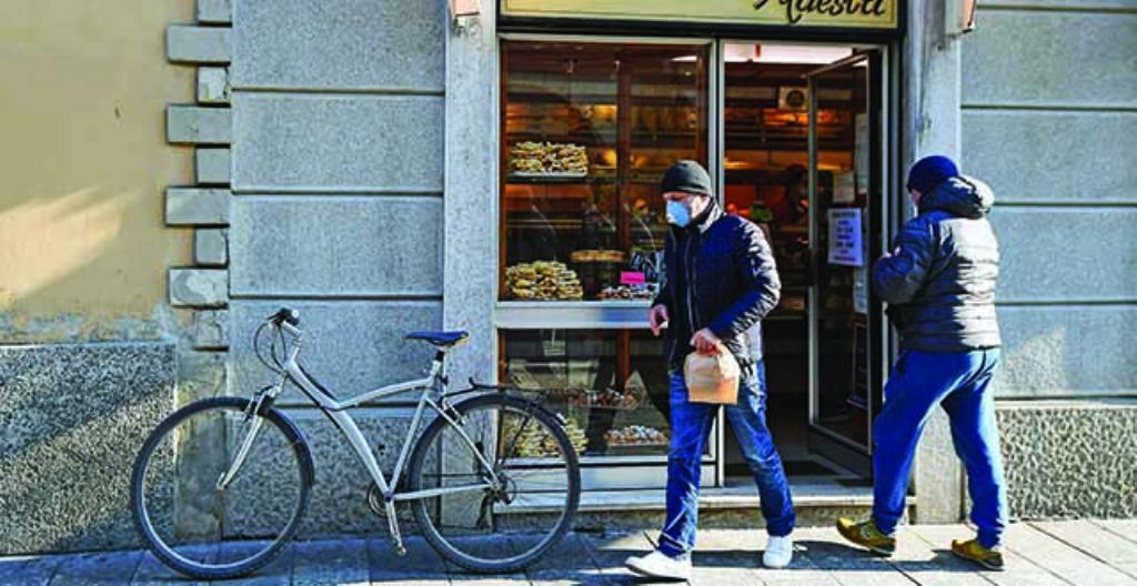 Leipomon asiakas käytti hengityssuojainta Italiassa.
