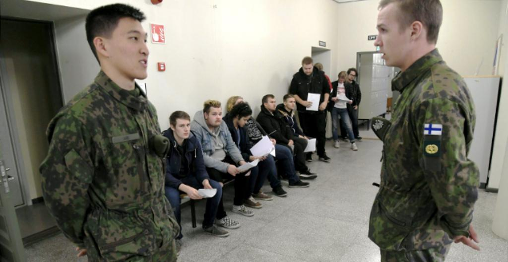 Nuoret miehet käyvät lääkärintarkastuksessa ennen kuin he menevät armeijaan.