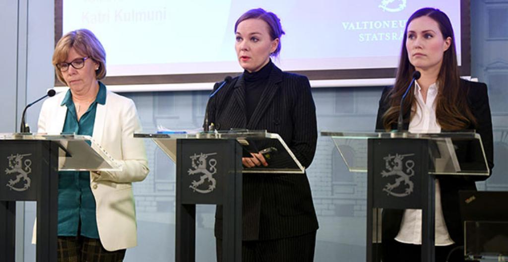 Suomi ottaa käyttöön valmiuslait. Päätöksestä kertoivat oikeusministeri Anna-Maja Henriksson (vasemmalla), valtiovarainministeri Katri Kulmuni ja pääministeri Sanna Marin.