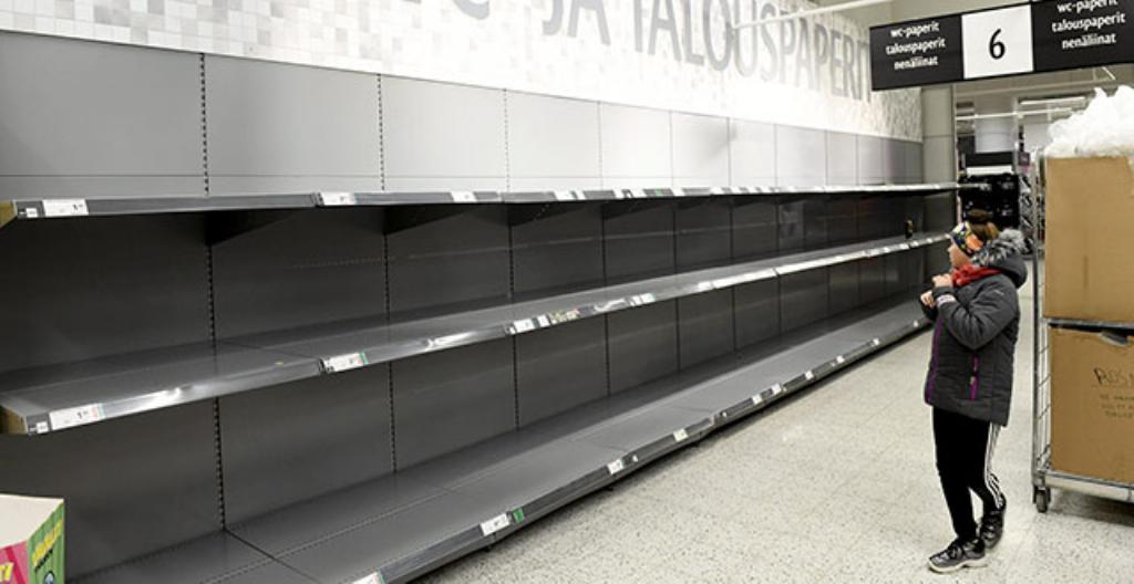 Suomalaiset ostavat koronaviruksen takia paljon tavaroita varastoon.
