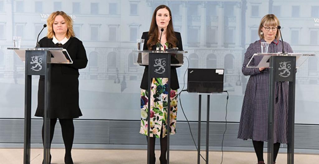 Kuvassa peruspalveluministeri Krista Kiuru (vasemmalla), pääministeri Sanna Marin ja sosiaali- ja terveysministeri Aino-Kaisa Pekonen kertoivat torstaina uusista koronavirusohjeista.