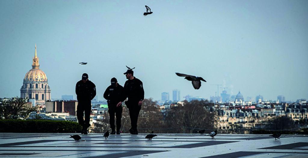 Poliisit partioivat tyhjällä Trocaderon aukiolla Pariisissa.