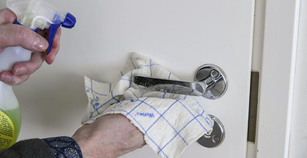 Ovenkahvat voi puhdistaa yleispesuaineella.