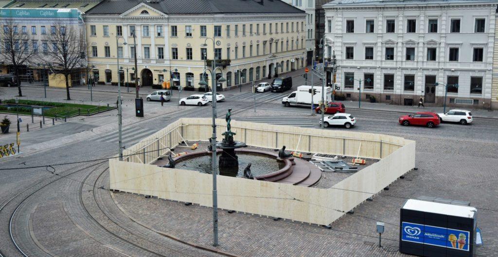 Havis Amandan eli Mantan lakitus on tärkeä vapun perinne. Tänä vappuna Havis Amandan ympärille on rakennettu aitaus, jotta ihmiset eivät kokoonnu patsaan luo.