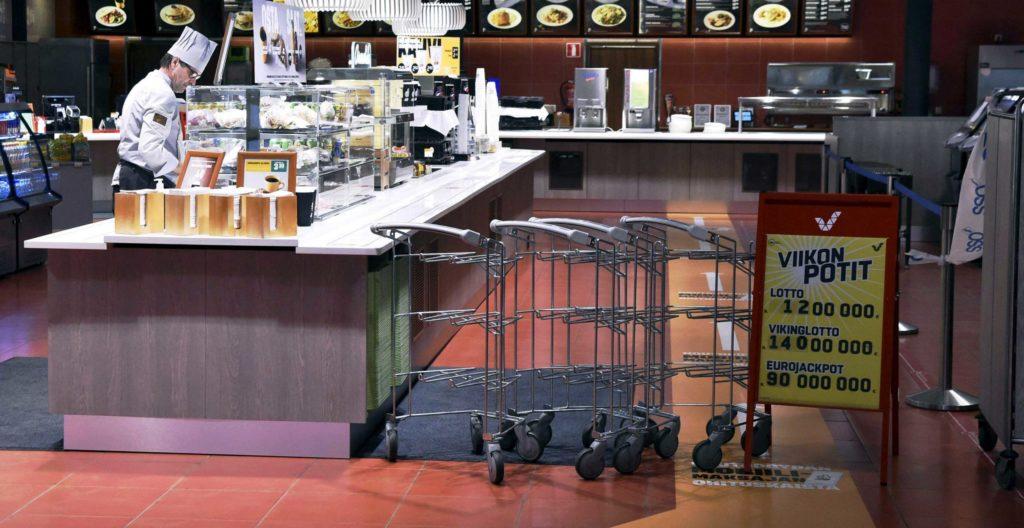 Eniten on lomautettu myyjiä ja ravintoloiden työntekijöitä. Kuvassa on Lohjan ABC-huoltamon ravintola. Ravintola on suljettu, mutta asiakkaat voivat ostaa annoksia mukaan.