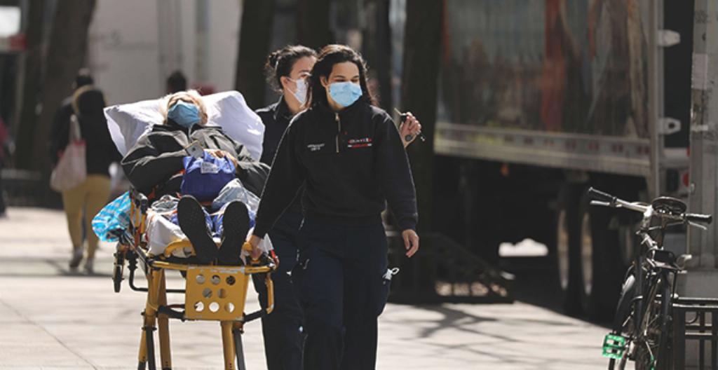 Kuvassa ensihoitajat kuljettavat koronavirukseen sairastunutta potilasta sairaalaan New Yorkissa