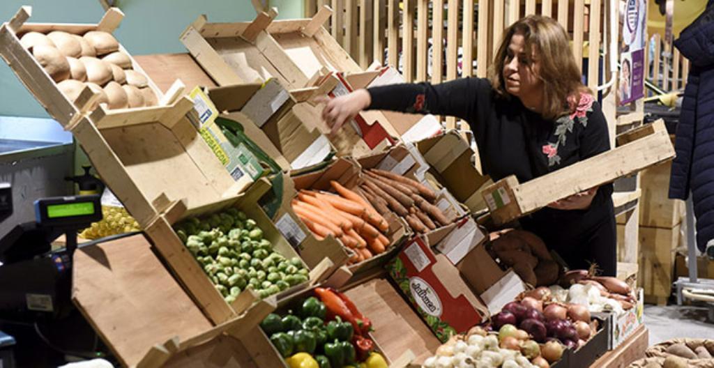 Kuvassa on kauppa, joka myy luomuruokaa kauppakeskus Triplassa Helsingissä.