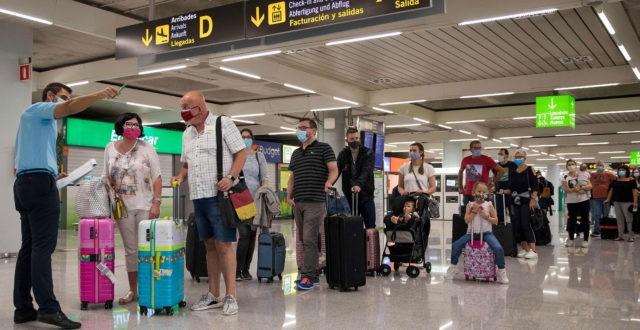 Matkustajia lentokentällä