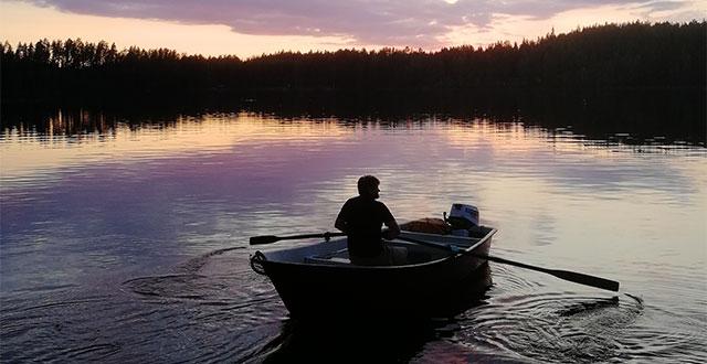 Mies soutaa veneellä