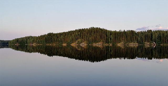 Maisema, jossa järvi ja vastaranta