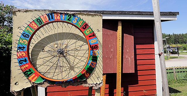 Onnenpyörä on kiinni punaisen rakennuksen seinässä.