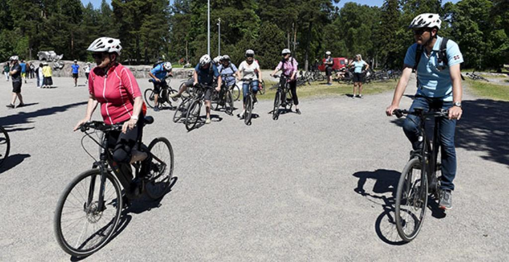 Saksalaiset matkailijat tutustuivat Sibelius-monumenttiin sähköpyörillä Helsingissä kesällä 2019.