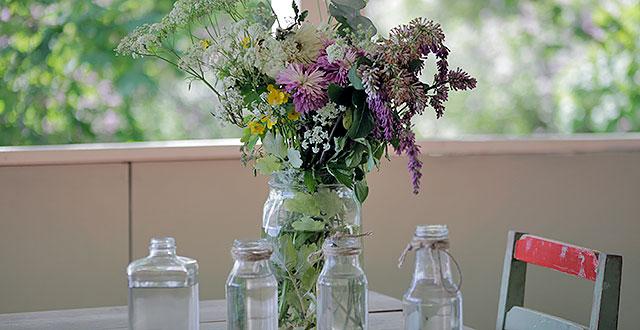 Pöydän päällä on maljakko, jossa on värikkäitä kukkia.