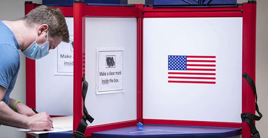 Mies äänesti ennakkoon Yhdysvaltojen presidentinvaaleissa. Kuva on otettu 1. lokakuuta Alexandriassa, Virginian osavaltiossa