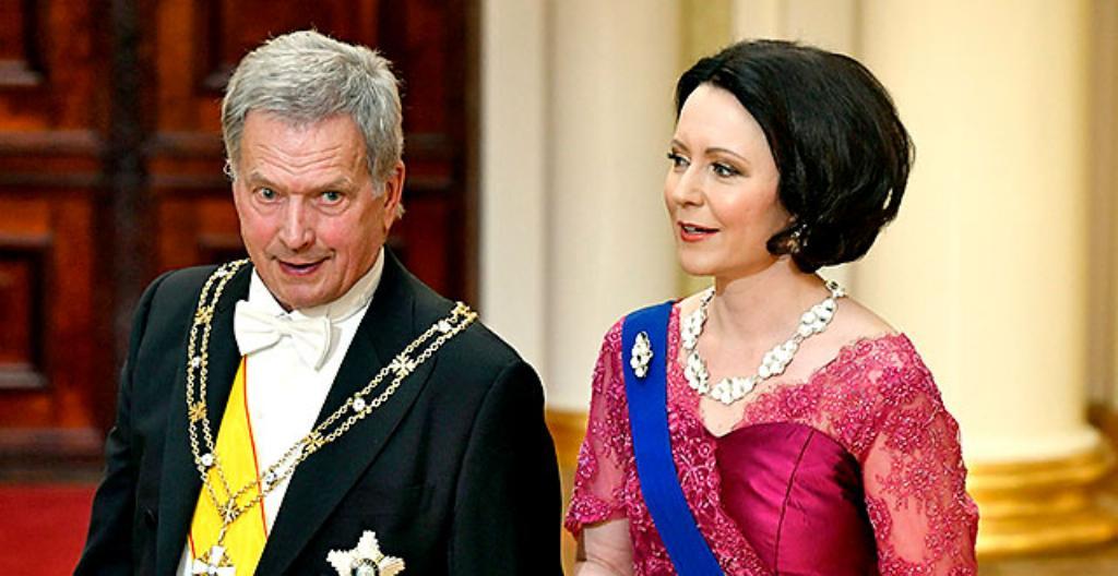 Kuvassa presidentti Sauli Niinistö ja rouva Jenni Haukio odottivat vieraita vuoden 2019 Linnan juhliin.